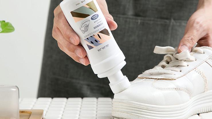 dùng dung dịch chuyên dụng để làm trắng giày