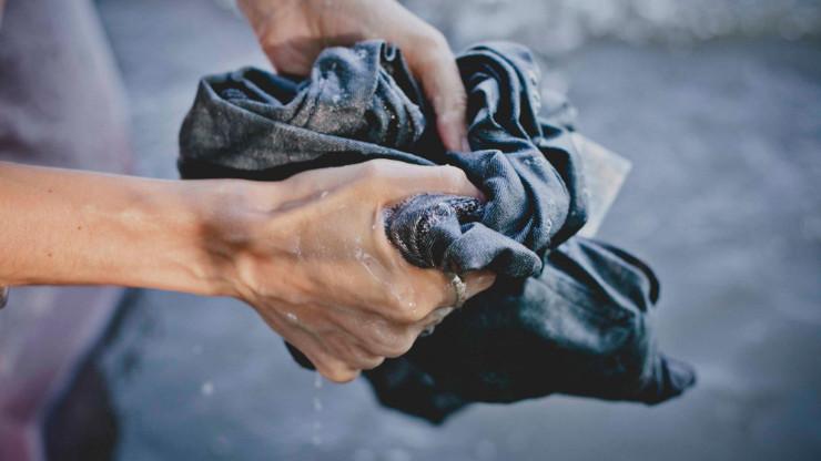 giặt quần jean bằng tay