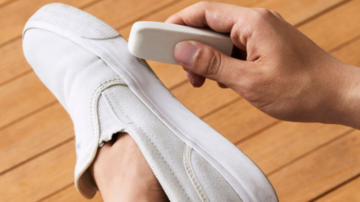 gom sẽ lấy đi các vết bẩn trên giày vải